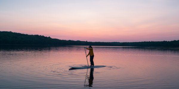 paddle sur un lac // Catégorie location de stand up paddle
