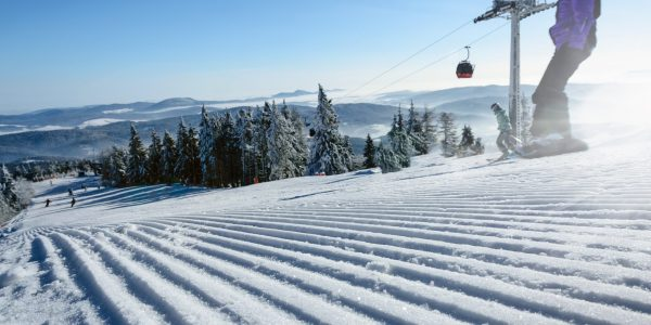 piste damée avec un skieur // Catégorie location de ski