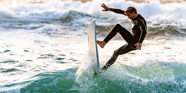 surfeur sur une grosse vague // Catégorie location de surf